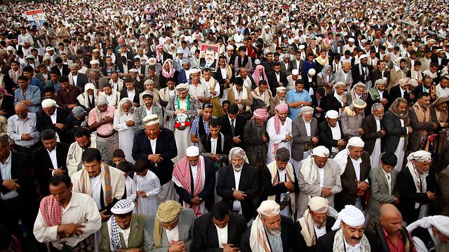 אחרי התפילה, בבירת תימן יצאו לרחובות למען מצרים (צילום: רויטרס)