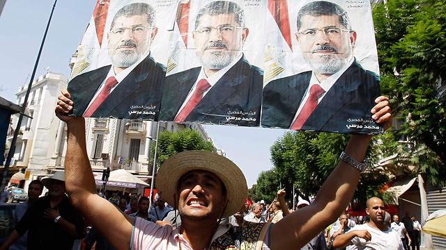 הפגנת תמיכה בתוניס אחרי תפילות יום השישי (צילום: רויטרס)
