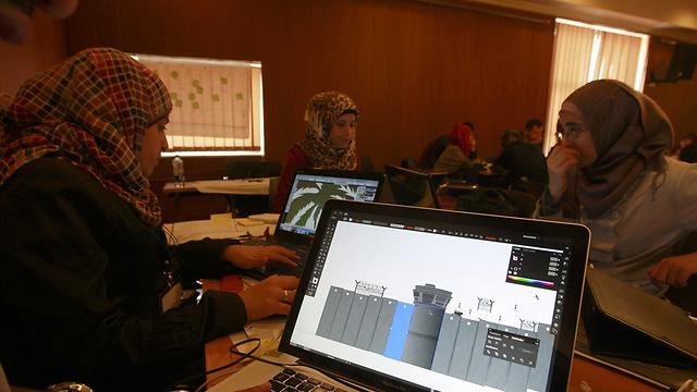 מתכנתות פלסטיניות ברמאללה. למה לשכור עובדי הייטק מהודו? (צילום: AP)