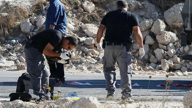 Border Police officer stabbed outside of Jerusalem