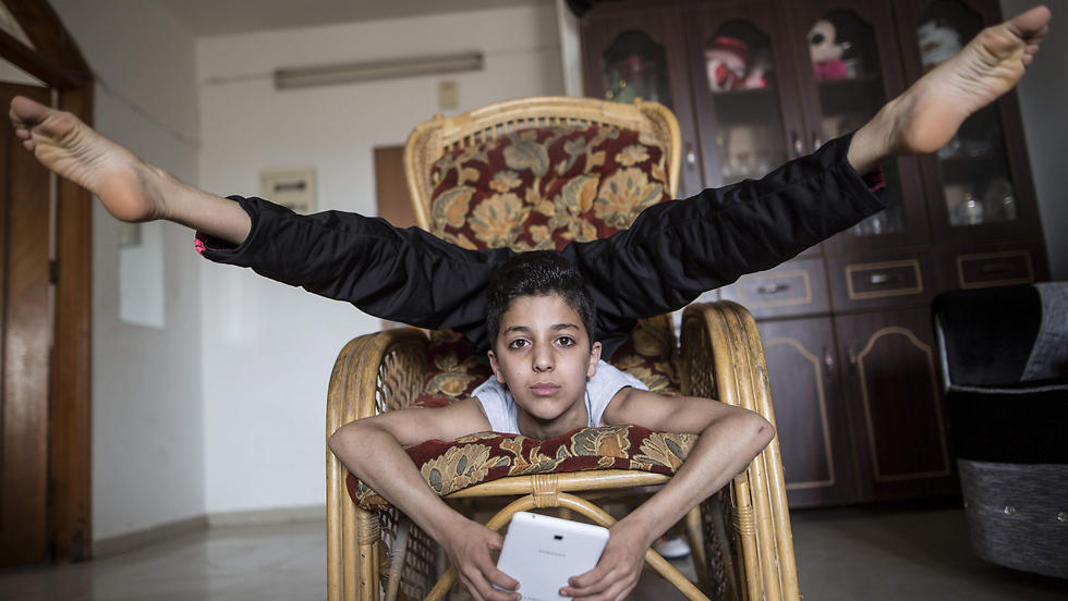 Gazas 13-year-old contortionist enters record books