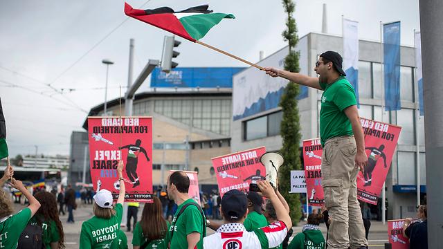 boycott leader accuses israel of imposing travel ban