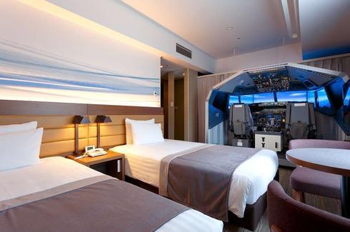 Симулятор около кроватей: отель Haneda Excel Hotel Tokyu