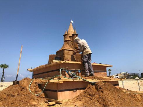 Подготовка к фестивалю песчаных скульптур. Фото: Игаль Нево