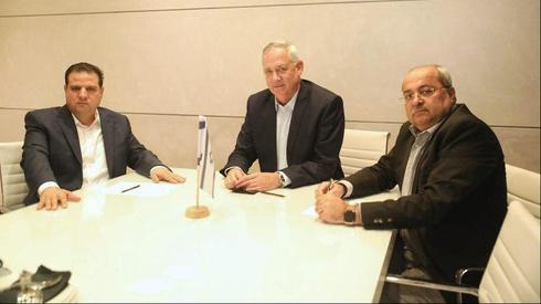 Ганц с арабскими депутатами. Фото: Офек Авшалом (Photo: Ofek Avshalom)