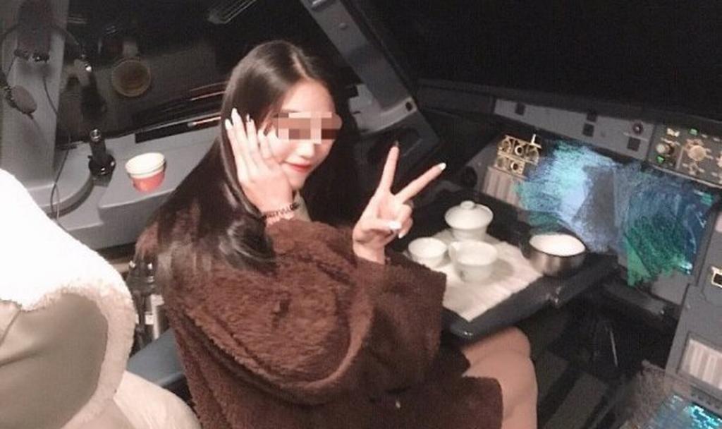 Пассажирка у панели управления лайнером. Фото: Weibo/Aaaaquarious