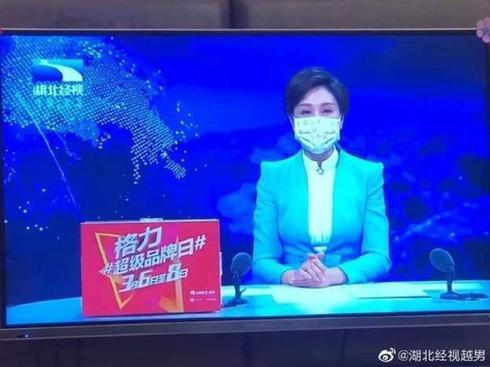 Телеведущие, как и политики, подают личный пример защиты от коронавируса