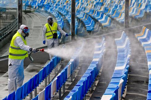 Дезинфекция стадиона в Италии. Фото: EPA