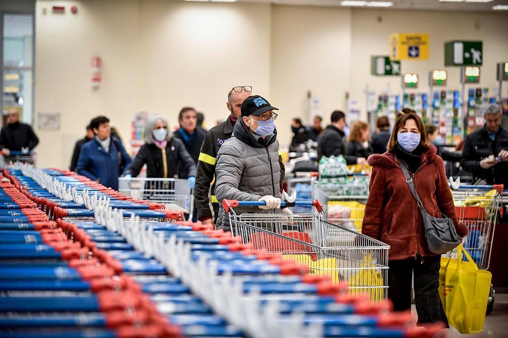 Итальянцы спешно покупают продукты. Фото: AP