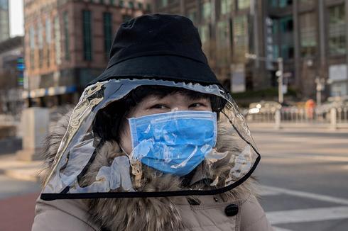 Жительница Китая в Пекине: ношение масок на улице - обязательно. Фото: AFP (Photo: AFP)