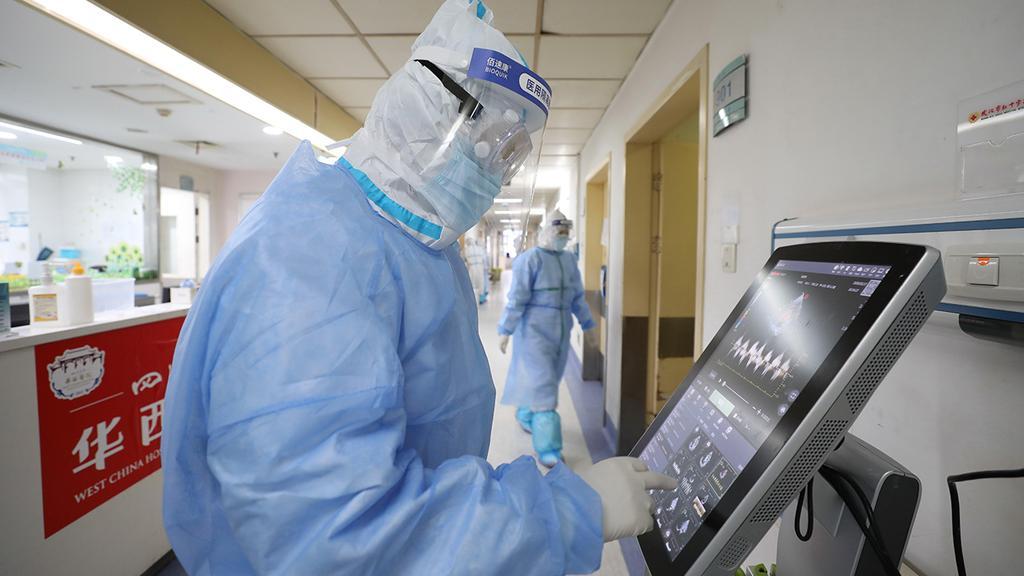 Китайский врач в больнице Ухани  (Photo: EPA)