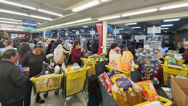Израильтяне продолжают скупать продукты и туалетную бумагу