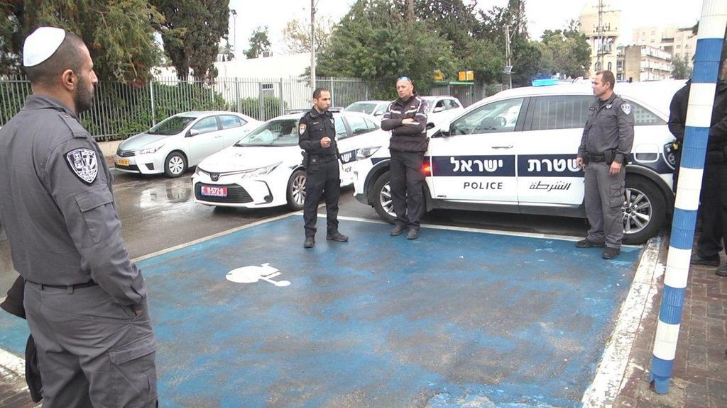 Полицейский патруль проверяет соблюдение карантина в Лоде. Фото: Ницан Дрор (Photo: Nitzan Dror)