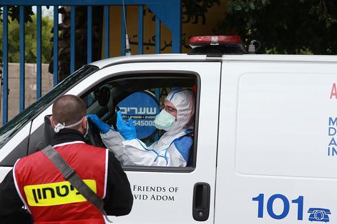 """Скорая помощь на въезде в больницу """"Вольфсон"""". Фото: Авигайль Узи (Photo: Avigail Uzi)"""