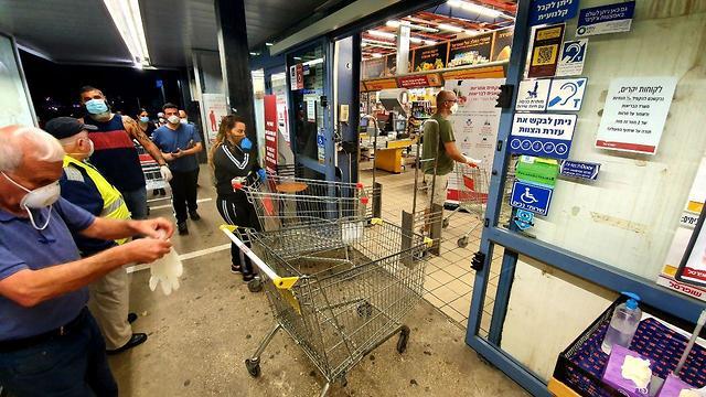 Фоторепортаж из супермаркетов: вот как израильтяне делают теперь покупки к Песаху