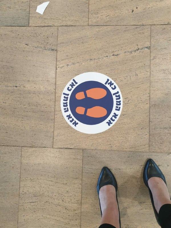 Наклейки на полу в аэропорту для соблюдения 2-метровой дистанции